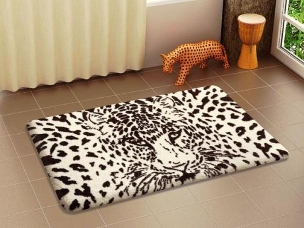 leopar desenli banyo halısı