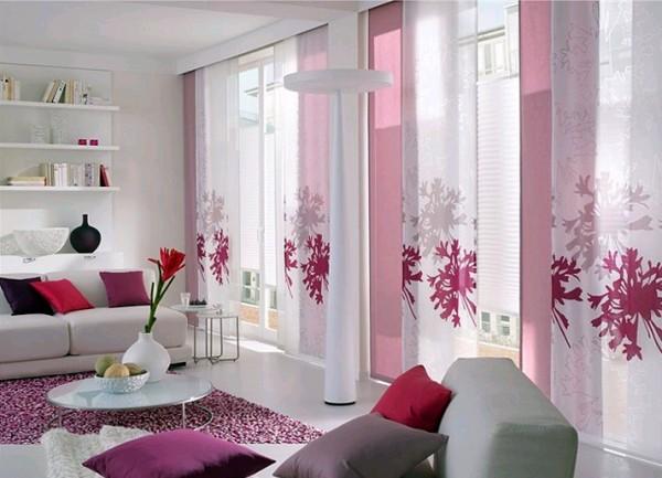 Beyaz-üzerine-pembe-çiçeklerle-süslenmiş-modern-salon-perde-modeli