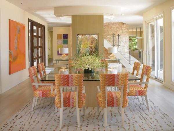 renkli sandalyeler ve cam masa modeli