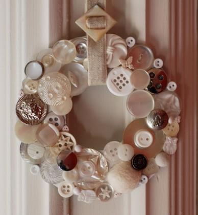 düğmelerden-yapılmış-farklı-kapı-süsü-
