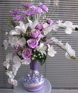 lila beyaz çiçek tanzimi