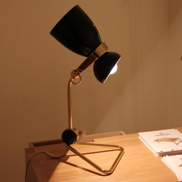 siyah ve altın rengi masa lambası