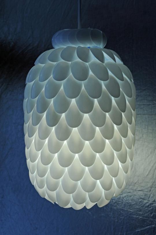 plastik kaşıklardan yapılmış aydınlatma