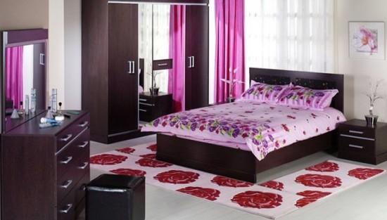 Beyaz-renk-üzerine-güllü-yatak-odası-halı-modeli
